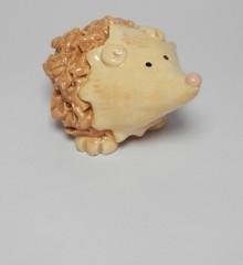 Figurine hérisson beige