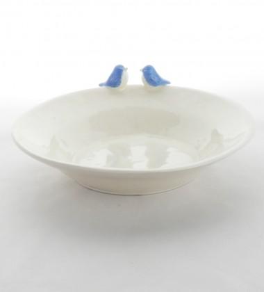 Cadeau de naissance. Assiette pour bébé en faïence avec des oiseaux bleus.