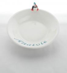Assiette pour bébé macareux avec le prénom de l'enfant. Céramique artisanale à Quimper.