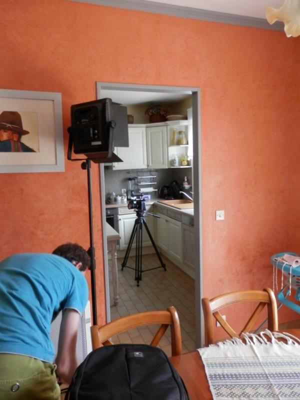 Préparation du matériel de vidéo. Première scène dans la cuisine !