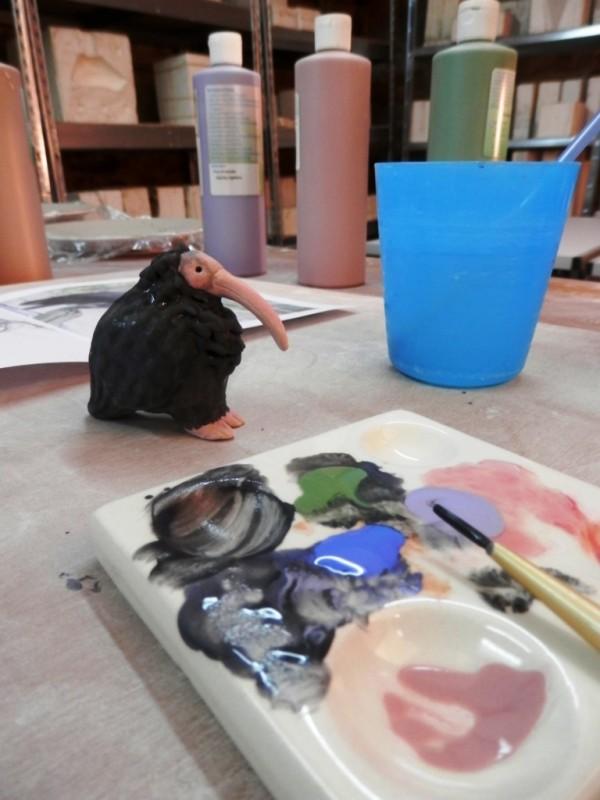 3ème étape : peinture à l'aide d'engobes (argiles colorées), puis émaillage, puis cuisson à nouveau.