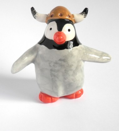 Figurine pingouin casque de viking normand