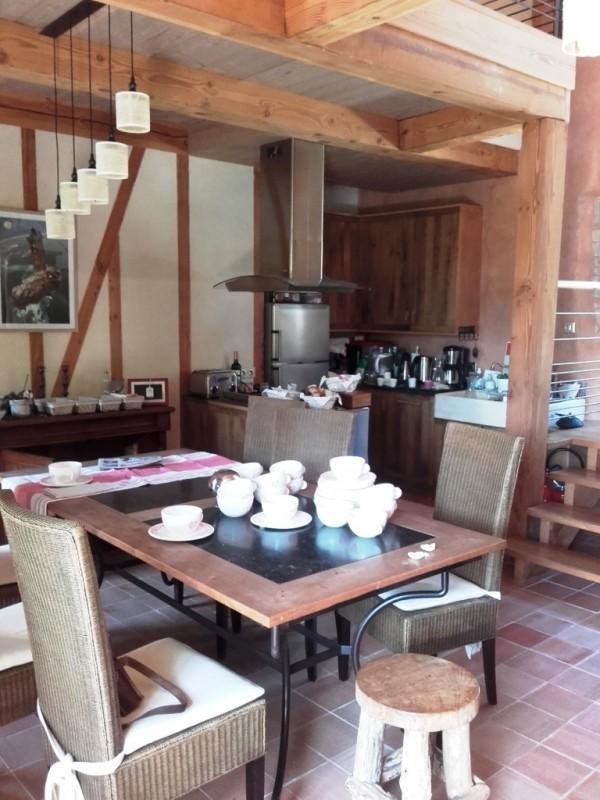 Livraison du service à petit déjeuner ! Françoise découvre ses nouvelles assiettes et tasses dans la cuisine du gîte.