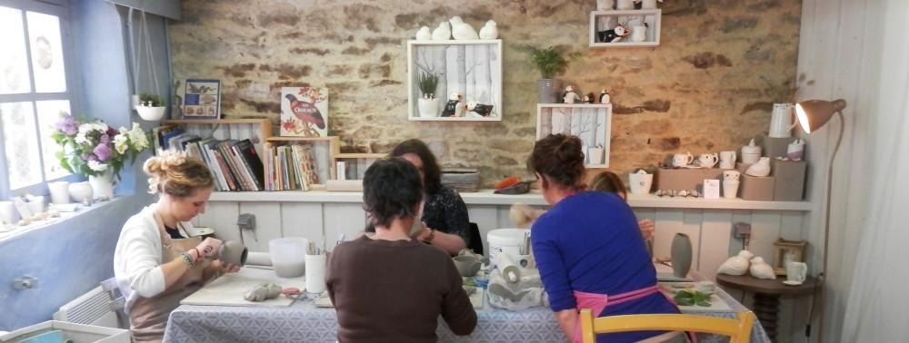 Atelier de céramique Moineaux & Co à Quimper. Cours et stages adulte et enfant toute l'année. Poterie, céramique, modelage, faïence, sculpture.