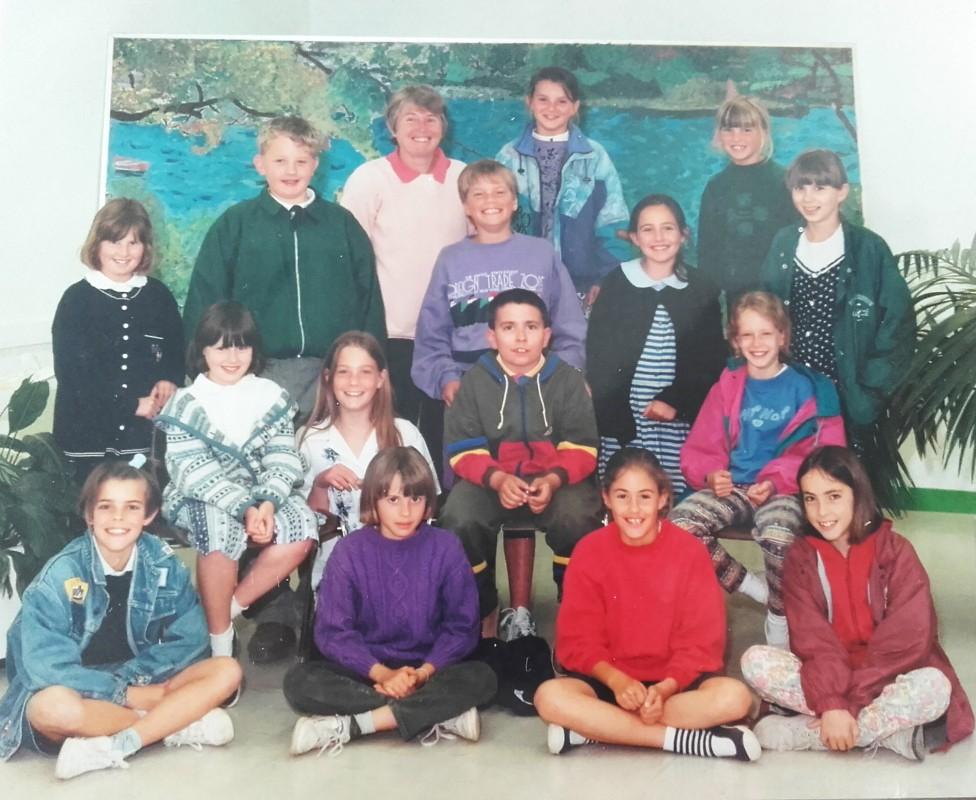 Voici une photo de groupe  du cours de poterie au Centre Culturel de Fouesnant. Vous me reconnaissez ? Je suis assise, la deuxième à gauche. Je dois avoir une dizaine d'années je pense.... Merci à Monique Roque, notre enseignante, de m'avoir donné la passion pour ce beau métier !