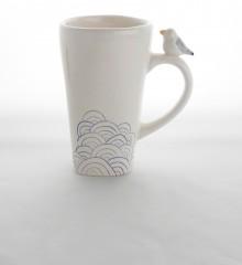 Grand mug avec un petit goéland sur l'anse. Motif seigaiha d'inspiration japonaise représentant la mer. Céramique artisanale Made in Quimper.