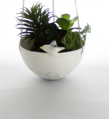 Suspension pour plante avec un goéland volant au dessus de la mer. Poterie artisanale réalisée dans mon atelier de céramique à Quimper en Bretagne.