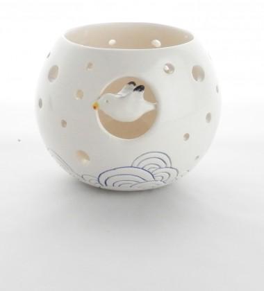 Photophore en poterie émaillée. Un goéland vole au dessus de la mer. Céramique artisanale réalisée dans mon atelier de Quimper.