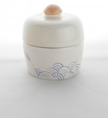 Boîte d'inspiration japonaise à décor de vagues seigaiha.