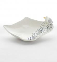 Repose sachet de thé en forme de théière avec un petit goéland sur le rebord. Motif seigaiha d'inspiration japonaise représentant la mer. Céramique artisanale Made in Quimper.
