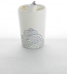 Verre à brosses à dents en poterie émaillée. Un goéland vole au dessus de la mer. Céramique artisanale réalisée dans mon atelier de Quimper.
