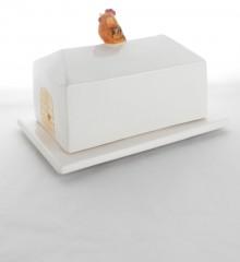 Beurrier de format rectangulaire pour les plaquettes de beurre 500g. Évocation d'un hangar de ferme avec une petite poule qui chante de bon matin. Fabrication artisanale française.