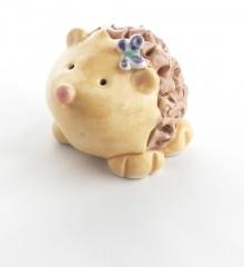 Figurine hérisson papillon en céramique.
