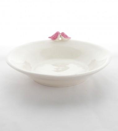 Cadeau de naissance. Assiette pour bébé en faïence avec des oiseaux roses.