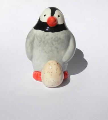 Figurine pingouin qui couve son œuf en faïence - poterie