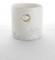 Pot à couverts et ustensiles de cuisine en faïence émaillée. Décor de vagues japonaises. Un goéland vole au dessus de la mer. Poterie artisanale Moineaux & Co à Quimper.