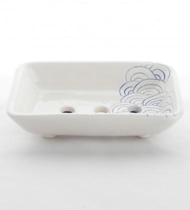 Porte-savon format rectangle. Décor gravé de vagues d'inspiration japonaise.