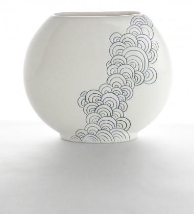 Vase plat à décor de vagues japonisantes seigaiha. Poterie artisanale réalisée dans mon atelier de céramique à Quimper en Bretagne.