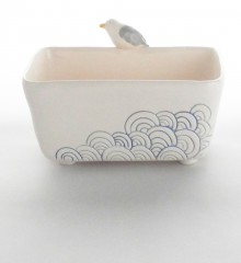 Porte-éponge avec un goéland. Décor de vagues japonaises seigaiha. Poterie artisanale réalisée dans mon atelier de céramique à Quimper en Bretagne.