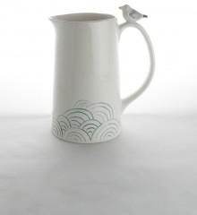 Pichet rétro avec un goéland sur l'anse. Décor gravé dans l'argile de vagues japonaises. Poterie artisanale atelier de céramique Moineaux & Co dans le Finistère. Made in France.